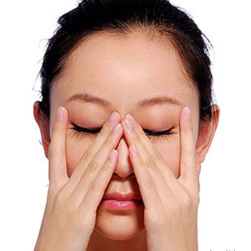 Dùng hai ngón trỏ, vuốt mũi theo chiều từ trên xuống dưới 10 - 15 lần.