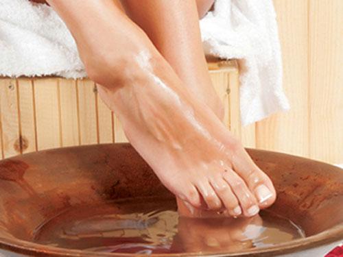 Ngâm chân nước nóng trước khi đi ngủ sẽ giúp bạn ngủ ngon