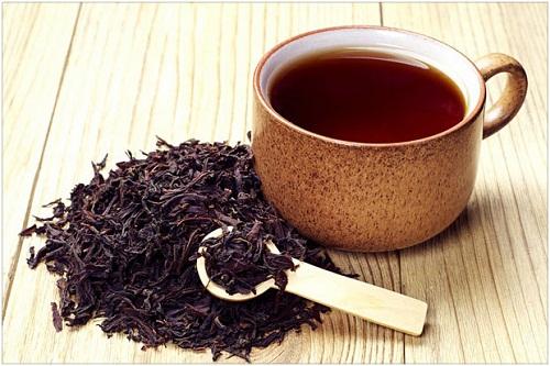 Nước hồng trà có tác dụng thông ẩm tiêu sưng, dùng chữa khớp gối sưng khá rõ.