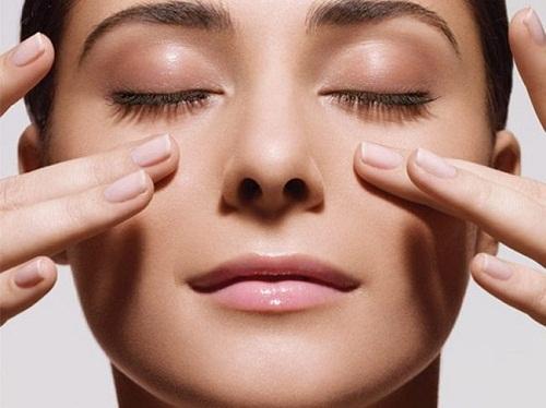 Massage mi mắt với bơ và hạt mỡ kích thích mọc lông mi hiệu quả