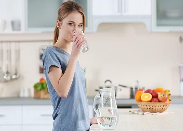 Uống nhiều nước để duy trì độ ẩm cho cơ thể
