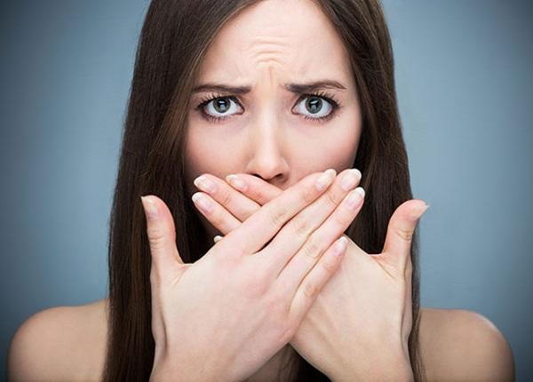 Khi bị hôi miệng sẽ khiến ta có cảm giác mất tự tin khi nói chuyện và giao tiếp